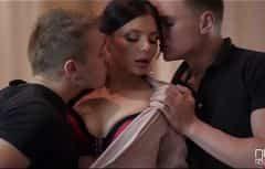 La jolie femme a des relations sexuelles avec les deux à la fois