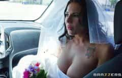 La mariée met dans sa chatte toutes les bites qu'elle aime vraiment