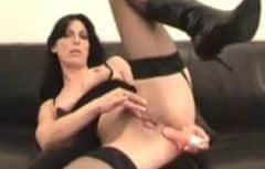 Elle prend ce jouet sexuel dans sa chatte et après une baise