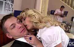 La femme blonde est très impliquée dans le sexe qu'elles ont