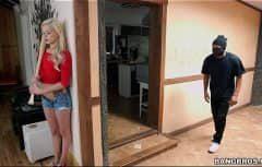 Elle a des relations sexuelles avec le voleur qui est entré par effraction dans sa maison
