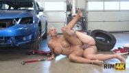 Il a décidé de coucher avec le mécanicien qui a réparé sa voiture