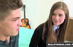 Belle baise entre deux adolescents