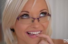 Une Blonde Sexy Se Masturbe Et Ferme Les Yeux Pour Mieux Penser à Vous