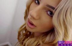 Elle A De Belles Lèvres Charnues Que Vous Devez Absolument