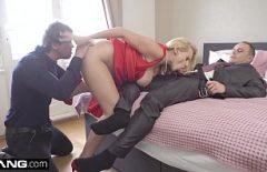 Une Femme Mûre A Des Relations Sexuelles Avec Deux Hommes à La Fois Et Les Rompt