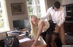 Liviu Baise Bien Son Patron Pour Lui Donner Un Salaire Plus élevé