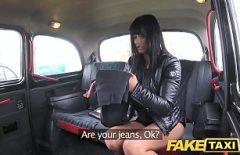 Une Belle Brune Se Fait Baiser Dans Une Voiture Par Un Chauffeur De Taxi