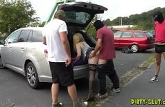 Trois Hommes Entrent Dans Une Pute Dans Un Parking Près D'un Centre Commercial