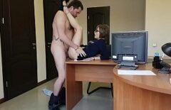 Sexe Au Bureau Avec Une Brune Séduisante Et Impliquée
