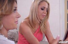 Deux Lesbiennes S'embrassant Facilement Et Chatte érotique